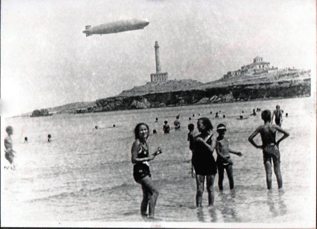 Zeppelin sobre Cabo de Palos, con el faro al fondo, el 2 de junio de 1935.