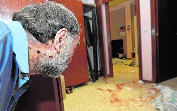 Resultado de imagen de sangre y un hombre en el suelo de una casa
