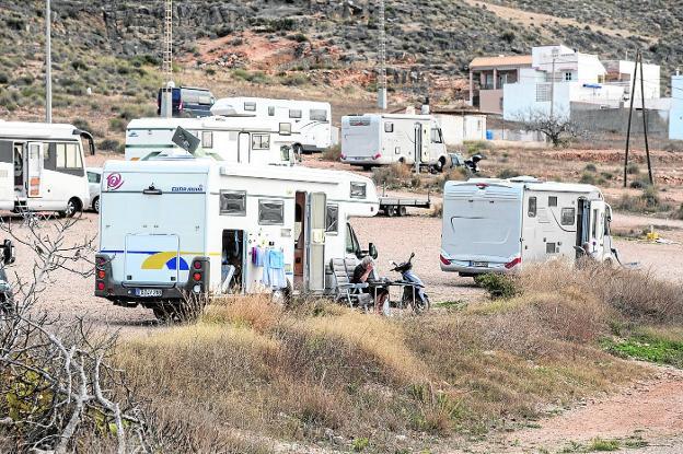 Caravanas, en la zona de La Azohía, a pocos metros de la playa. /José María Rodríguez / AGM