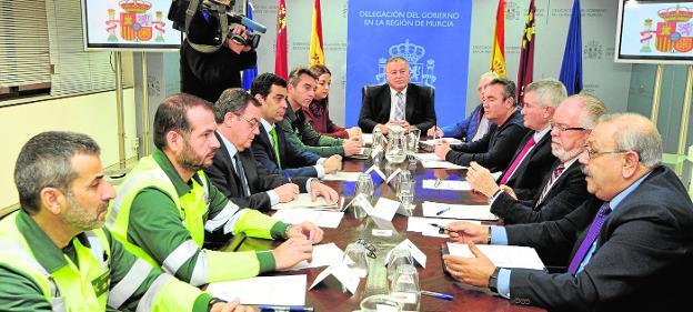 El delegado del Gobierno (c), ayer, presidiendo la reunión de la mesa de trabajo de la patronal Froet y los sindicatos./V. Vicéns / AGM