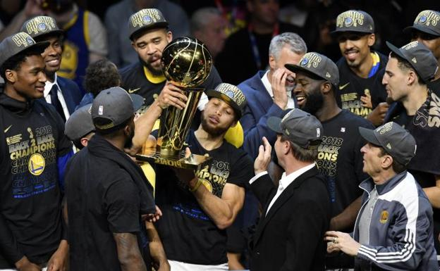 Stephen Curry sujeta el trofeo de los Warriors./Reuters