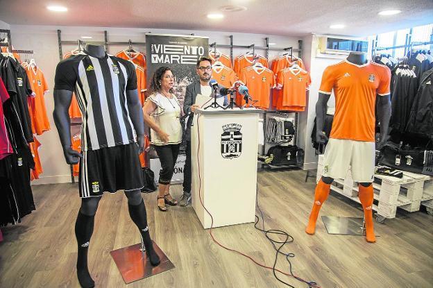 col china equilibrado Lágrimas  El Cartagena vende casi el doble de camisetas que la temporada pasada | La  Verdad