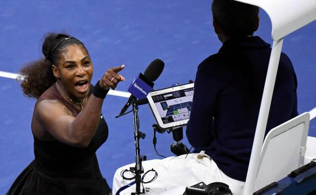 Serena Williams reclama al árbitro en la final del Abierto de Estados Unidos.