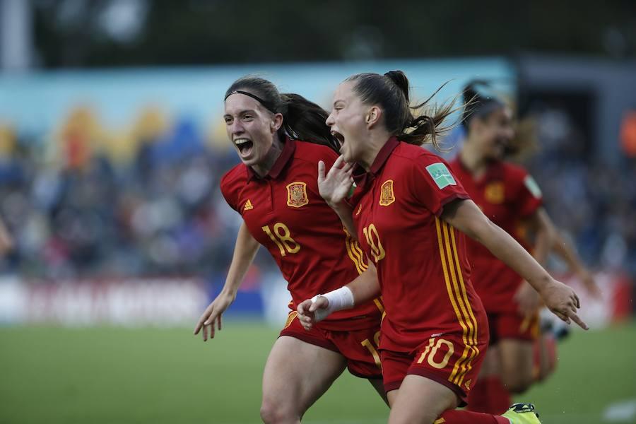 Eva Navarro (i) celebra un gol junto a Claudia Pina (d).