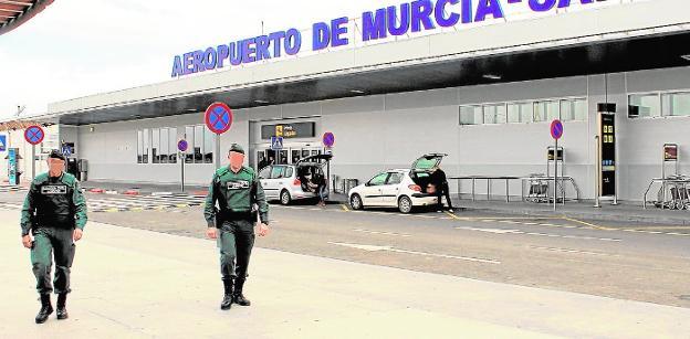 Dos agentes de la Guardia Civil prestando servicio en el aeropuerto de San Javier. / g. civil