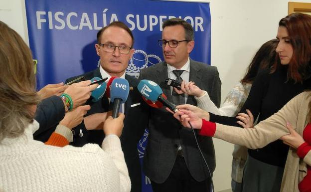 El fiscal superior de la Región, José Luis Díaz Manzanera, junto al delegado del Gobierno, Diego Conesa, durante su visita a la Ciudad de la Justicia./Nacho García / AGM