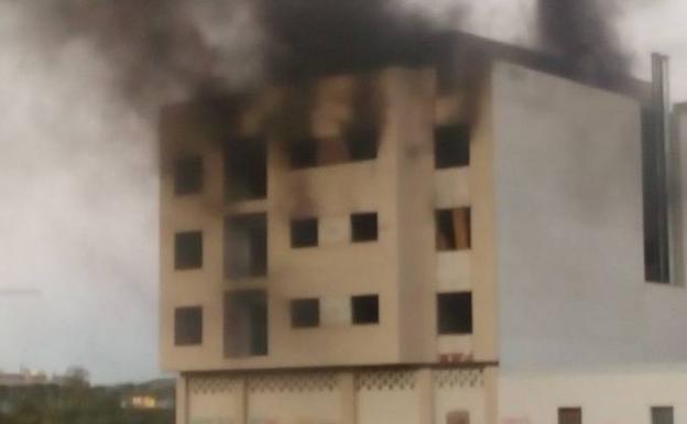 El incendio del inmueble generó una gran cantidad de humo./Pallarés Ripalda