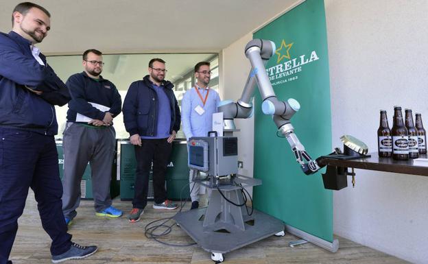 Uno de los robots expuestos, capaz de abrir botellas./Vicente Vicéns / AGM