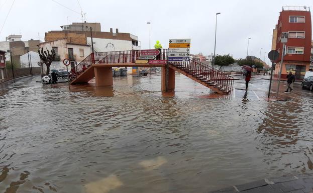 El agua desbordada en la rambla de Espinardo.