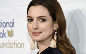 fe63bbb759a Anne Hathaway cambia de look y apuesta por el corte de pelo a capas que  arrasará