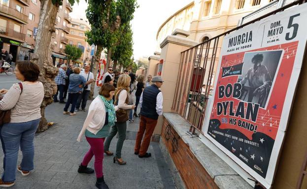 Cartel en la plaza de toros de Murcia, momentos antes del concierto. :: Edu Botella / AGM
