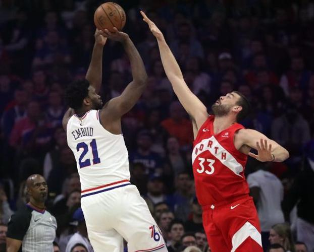 Marc Gasol intenta bloquear un lanzamiento de Joel Embiid. /Bill Streicher-USA TODAY Sports