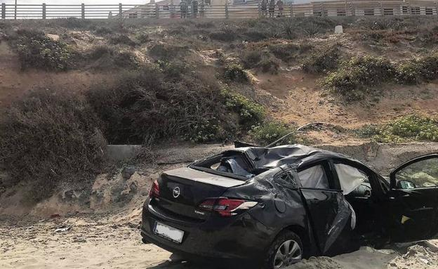 El coche accidentado, en la playa cartagenera de Calnegre-Monteblanco. /112