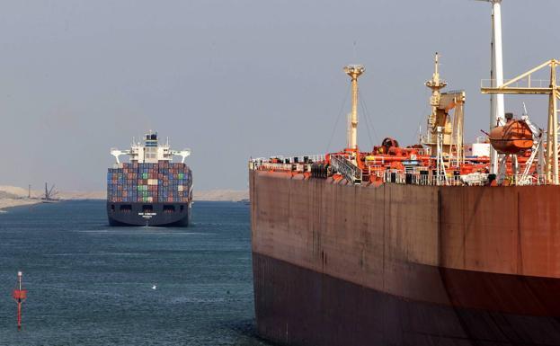 Egipto: Militares y capital transnacional. - Página 2 Barcos-cruzan-suez-kLCH-U90722164609Y2E-624x385@RC