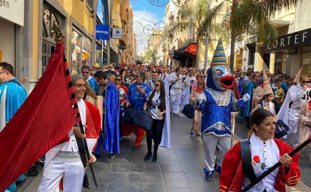 El pasacalles de los sardineros, este viernes, en Tenerife./LV