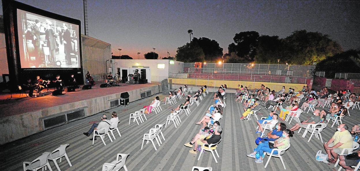 Lo Mejor De Chaplin Con Música En Directo Inauguró El Cine De Verano Del Parque De Fofó De Murcia La Verdad