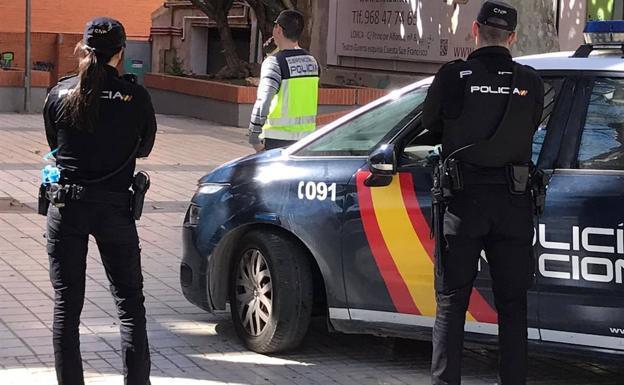 Amenaza con un palo al vigilante de seguridad que le pidió que no mendigara en las puertas de un supermercado de Murcia