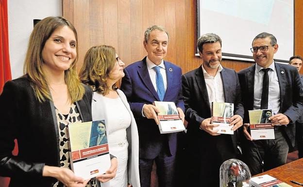 Juana López (primera por la izquierda), durante una presentación de un libro en Murcia a la que también asistieron José Luis Rodríguez Zapatero, su hermano Joaquín López y el rector José Luján. /NACHO GARCÍA / AGM