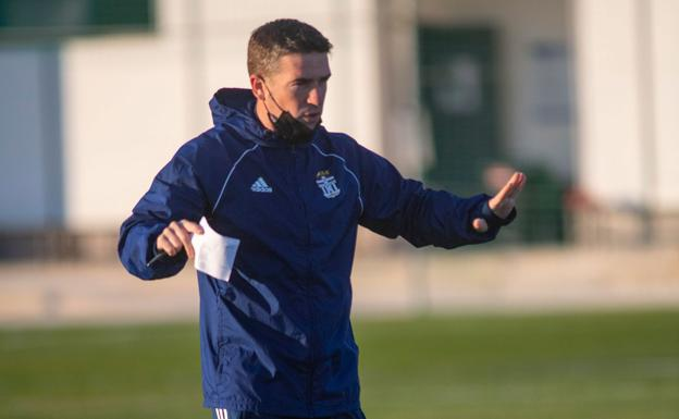 Carrión, with the notes in hand, yesterday gave instructions to his players in Pinatar Arena.
