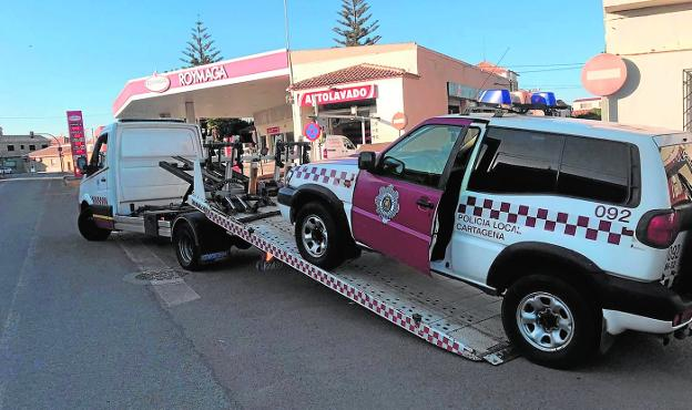 A tow truck moves a damaged vehicle of the Local Police, in Pozo Estrecho, in a photograph taken last November.