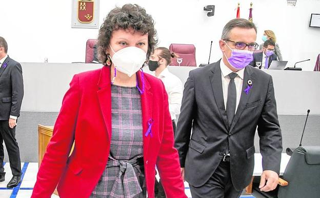 The spokesperson for Podemos in the Assembly, María Marín, and the general secretary of the PSRM, Diego Conesa, in the Regional Assembly, in a file photograph.