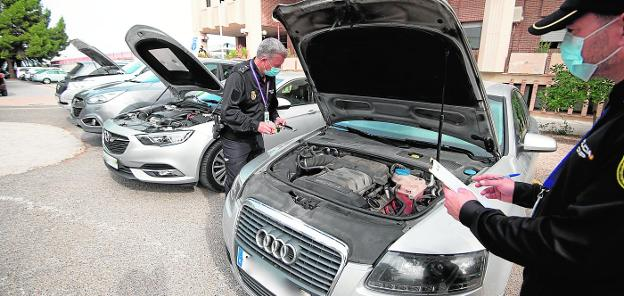 Experts from the Illegal Vehicle Traffic Group (TIV) inspect several high-end stolen cars at the headquarters of the Murcia Judicial Police Brigade.