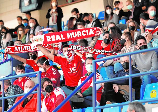 Real Murcia fans, last Sunday, cheering for their team in the match against UCAM in La Condomina.