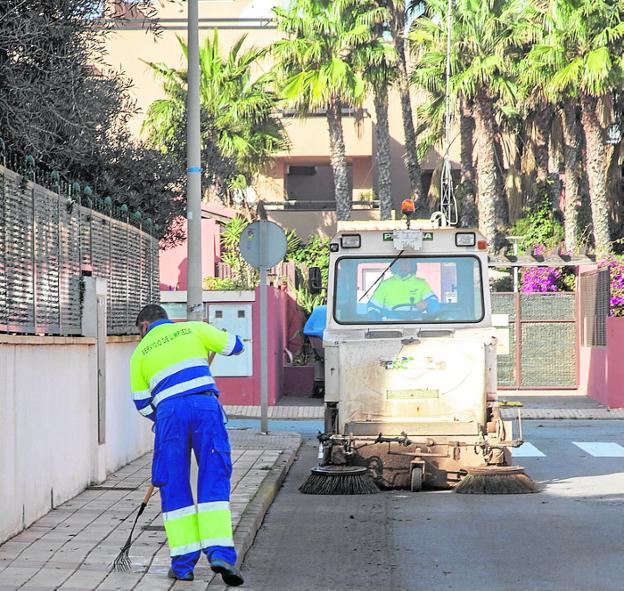 Two FCC workers cleaning in Mar de Cristal in February.