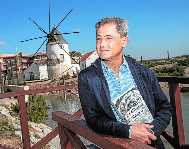 The ciezano writer Antonio Gómez Carrillo, in the Salinas de San Pedro park.
