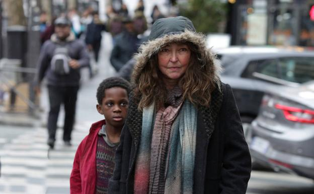 Catherine Frot and Mahamadou Yaffa in 'Under the stars of Paris'.