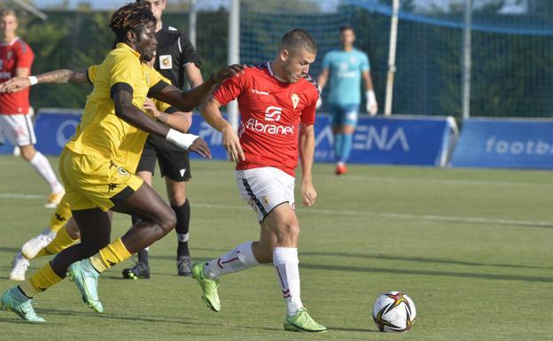 Julio Gracia conduce el balón en una jugada del encuentro amistoso frente al Hércules, este miércoles.