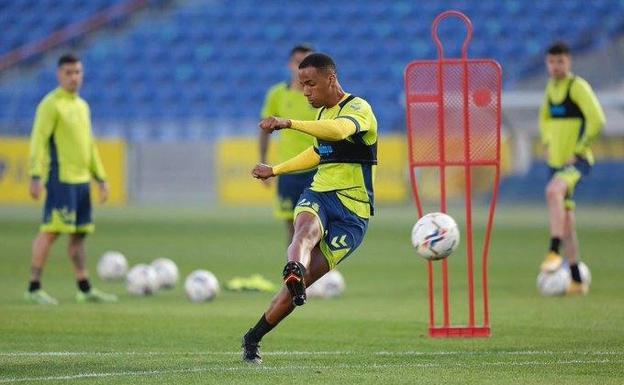 El futbolista Ismael Athuman durante un entrenamiento./U. D. Las Palmas