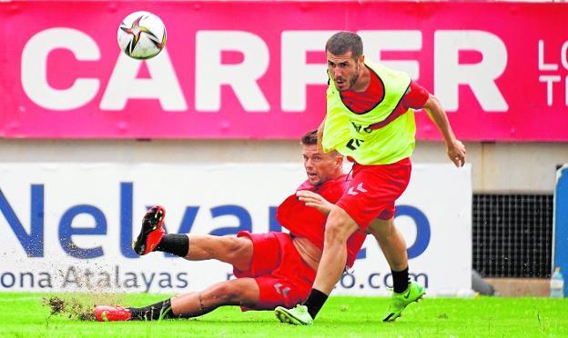 Andrés Carrasco, en el suelo, junto a Julio Gracia, en un entrenamiento de esta semana en el estadio Enrique Roca.