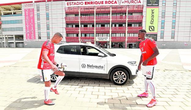Athuman y Boris Kouassi, en su presentación como juhadores del Murcia, en la explanada del Enrique Roca. / JAVIER CARRIÓN / AGM