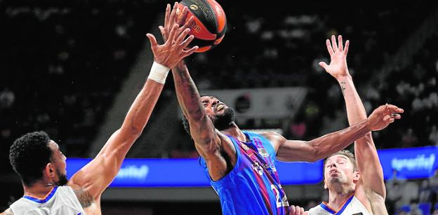 El alero del Barça Higgins pelea un rebote con los madridistas Williams-Goss (i) y Causeur, en la final de la Supercopa del pasado fin de semana.