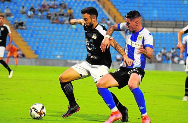 Francisco Molinero, en el partido del pasado sábado frente al Hércules. Silvente durante un entrenamiento. Fran Moreno, el pasado sábado en el Rico Pérez. / MAR MENOR FC MAR MENOR FC MAR MENOR FC