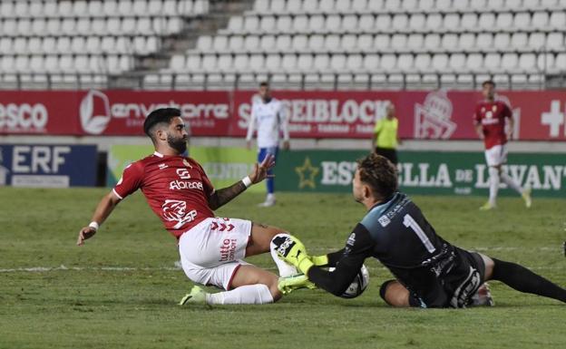 Dani García choca con el meta visitante Satoca, anoche en el Enrique Roca.