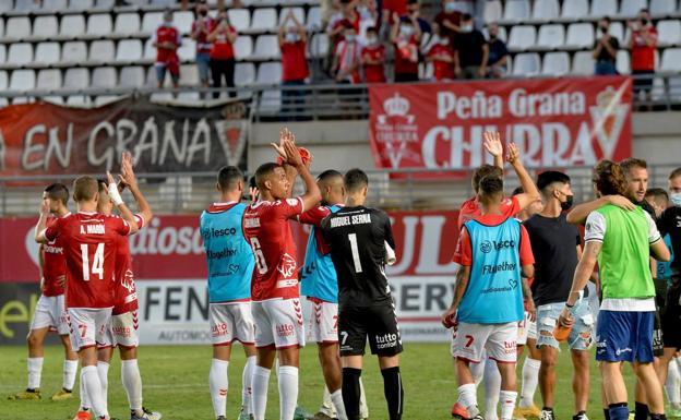 Jugadores del Real Murcia saludan a la afición en el Enrique Roca en una imagen de archivio.