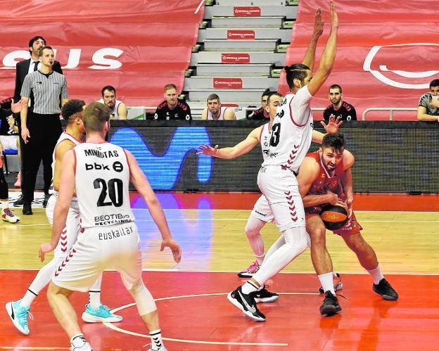 Cate, a la derecha, protege el balón rodeado de jugadores del Bilbao Basket en el partido de la temporada pasada en el Palacio de Deportes, que acabó 82-90 para los vascos.