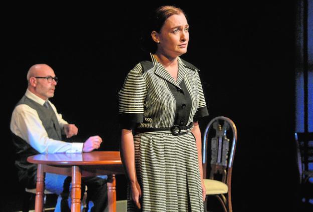 Un momento de la puesta en escena, ayer, de la obra 'Una mujer (o dos)' en la sala pequeña del TCM. Abajo, César Oliva.