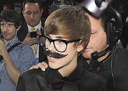 Justin Bieber entrevista en los Critics' Choice Movie Awards con un bigote postizo