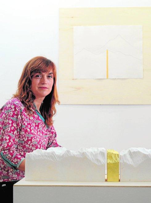 Carmen Baena, junto a dos de sus obras./