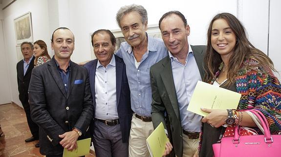 Pedro Cano (centro), rodeado de amigos, este sábado en una de las exposiciones./
