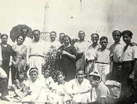 Miguel Hernández, quinto por la derecha de pie, en una visita al faro de Cabo de Palos. /