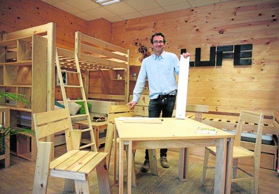 Un imperio de muebles de madera 39 low cost 39 la verdad for Muebles lufe estanterias
